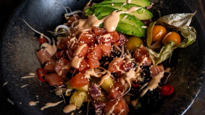 Maträtten Poké bowl med grönsaker i närbild.